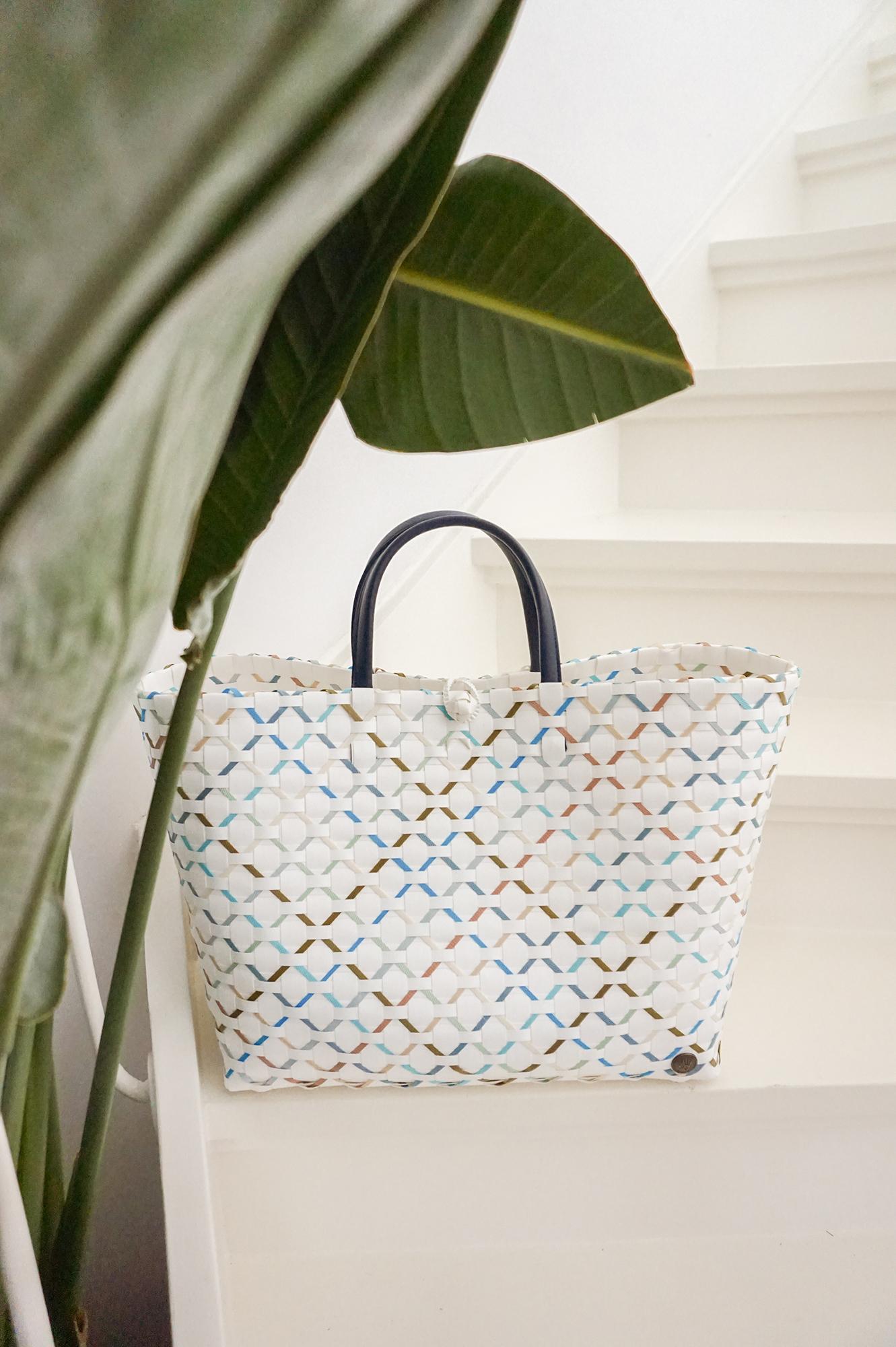 Summer shades  Strandtasche und Shopper aus 70% recyceltem Plastik navy mix