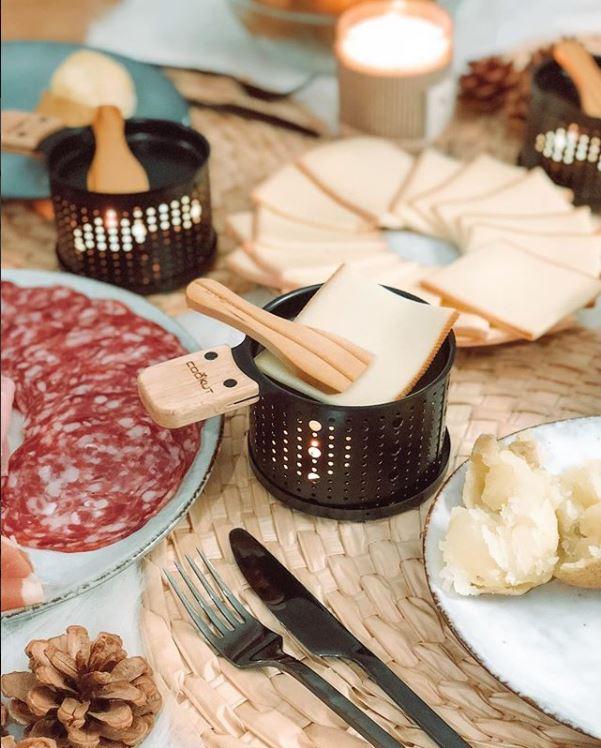 Raclette 2er Set mit Stövchen für Teelicht, Metall, Schwarz, Holzschaufel, 11 cm Durchmesser
